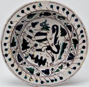 Piatto con leone rampante, maiolica arcaica