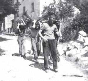 Giovani portano sassi sulle spalle (Rasora), 1951